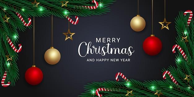 Realistische kerstbanner met takken, snoepjes, gouden ster en kerstbalverlichting