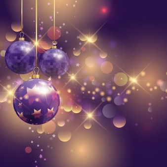 Realistische paarse kerstballen op een heldere achtergrondkleur