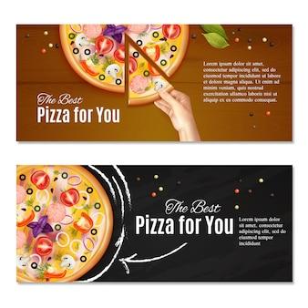 Realistische pizza op schoolbord en hand met stuk van italiaanse schotel