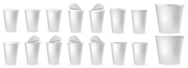 Realistische plastic verpakkingen voor yoghurt met foliedeksel