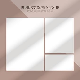 Realistische raamlicht- en schaduwreeks visitekaartjes met lege rechthoekige modellen en schaduwstrepen