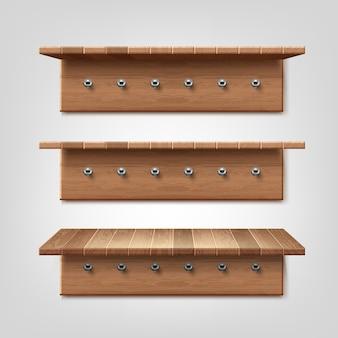 Realistische reeks houten plank met kleerhangerhaken die op muurachtergrond worden geïsoleerd