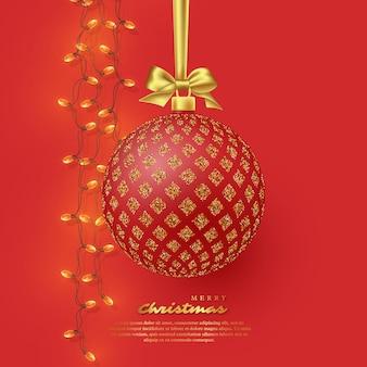 Realistische rode kerstbal met gouden strik en slinger. decoratieve elementen voor kerstvakantie achtergrond. vector illustratie.