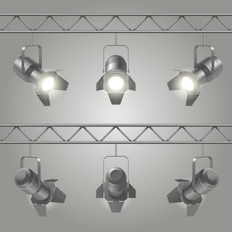 Realistische schijnwerpers geplaatst opknoping op ijzeren platen van het plafond en schijnt op podium vectorillustratie