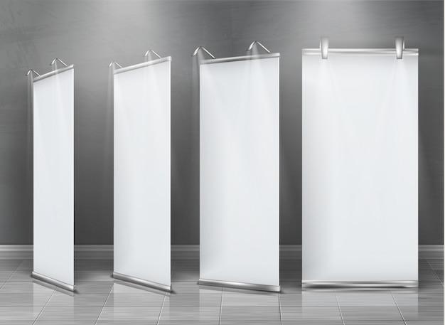 Realistische set van lege roll-up banners, verticale stands voor tentoonstelling en zakelijke presentatie