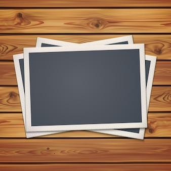 Realistische vintage fotolijsten, op realistische houten planken, planken. illustratie.