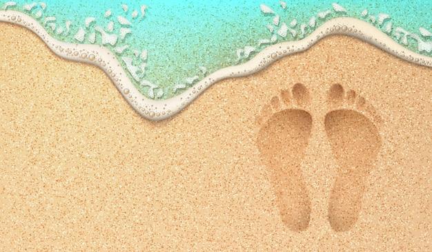 Realistische voetafdrukken op oceaankust zee azuurblauwe golf met bel menselijke stappen op de wal
