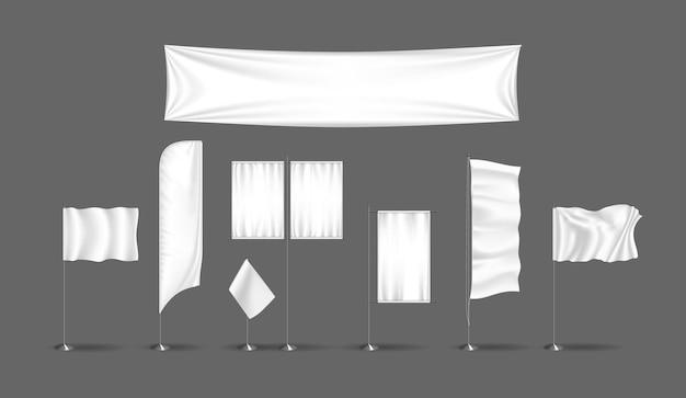 Realistische weefselbanner en vlag voor reclamesjabloonreeks. open reclame promo poster op pijler. promotie-informatie opgehangen en staand textiel. schone wuivende commerciële display vector