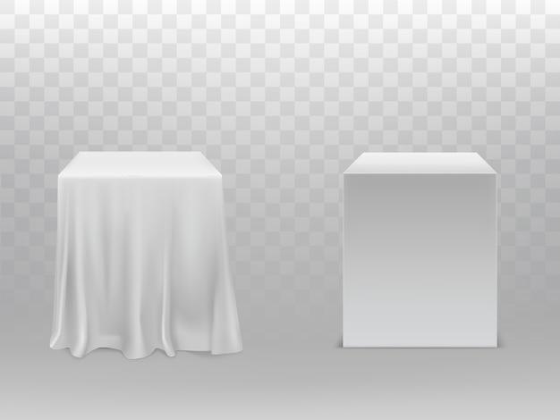 Realistische witte kubussen, een blok bedekt met zijden doek