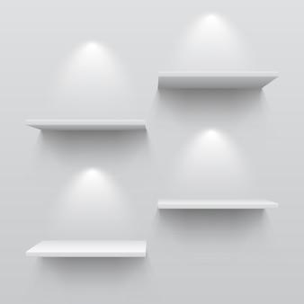 Realistische witte planken. lege de tentoonstellingsschaduwen en lichten van het opslagboekenrek op muurwinkel binnen. 3d museum interieur sjabloon