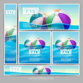 Realistische zomer verkoop banners met opblaasbare bal