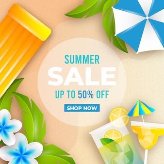 Realistische zomerverkoop met strand en cocktail