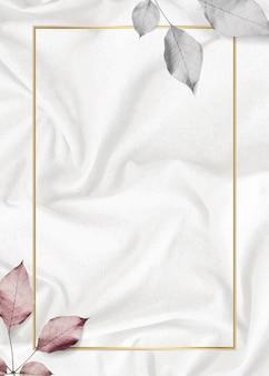 Rechthoekig gouden frame met metalen blad op zijdeachtige achtergrond