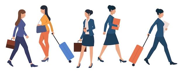 Reeks bedrijfsmensen met bagage bij luchthaventerminal