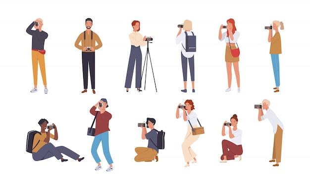 Reeks diverse fotografen die fotocamera en het fotograferen houden.