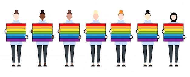 Reeks diverse ras vrouwelijke karakters die een regenboogvlag houden