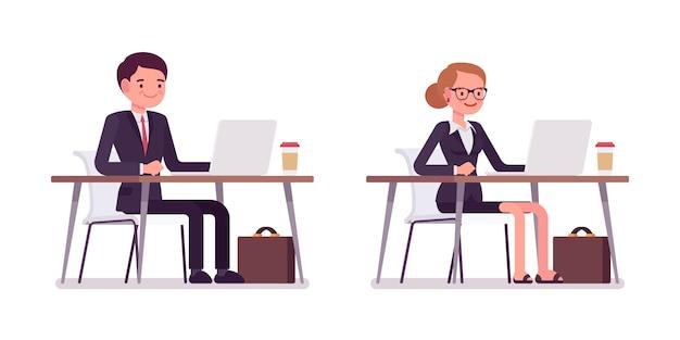Reeks gelukkige jonge zakenlieden die bij de computer zitten