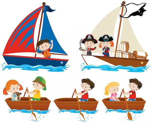 Reeks gelukkige kinderen die boten op wit varen