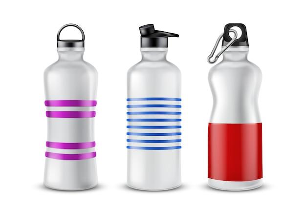 Reeks gestreepte plastic flessen met deksels voor dranken, die op achtergrond worden geïsoleerd.