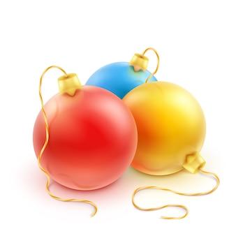 Reeks kleurrijke kerstballen op een witte achtergrond.