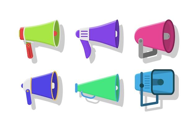 Reeks kleurrijke megafoons in plat ontwerp dat op witte achtergrond wordt geïsoleerd. luidspreker, megafoon, pictogram of symbool. uitzending, marketinginformatie en toespraken. illustratie, eps 10.