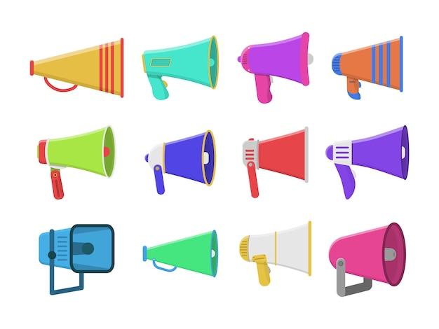 Reeks kleurrijke megafoons in plat ontwerp dat op witte achtergrond wordt geïsoleerd. luidspreker, megafoon, pictogram of symbool. uitzending, marketinginformatie en toespraken.