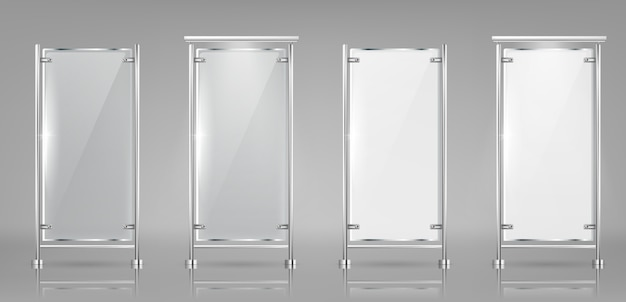 Reeks lege glasbanners op metaalrekken, transparante en witte vertoningen