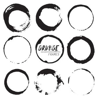 Reeks ronde grungevormen. abstracte handgeschilderde cirkelframes.