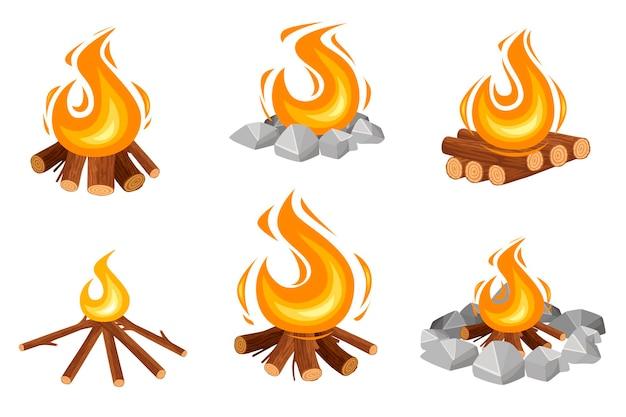 Reeks verschillende kampvuren die houten logboeken en kampeerstenen platte vectorillustratie branden