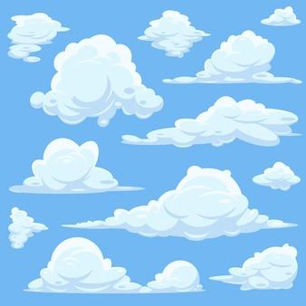 Reeks witte wolken in blauwe hemel