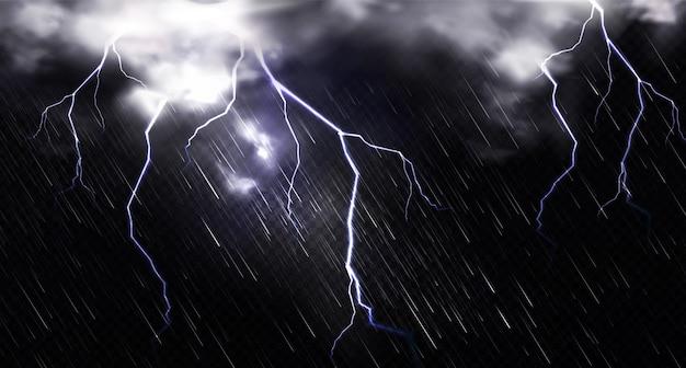 Regen met bliksem en wolken in de lucht 's nachts