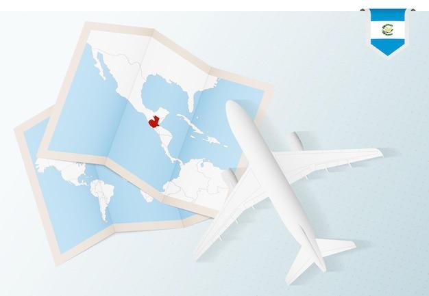 Reis naar guatemala, bovenaanzicht vliegtuig met kaart en vlag van guatemala.