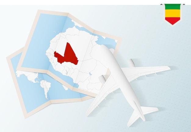 Reis naar mali, bovenaanzicht vliegtuig met kaart en vlag van mali.