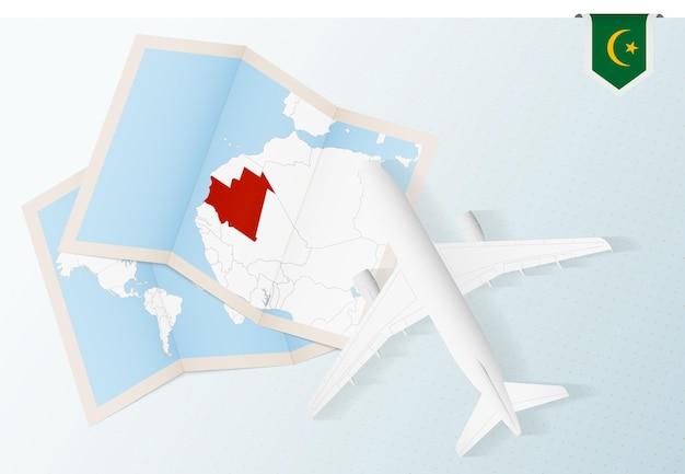 Reis naar mauritanië, bovenaanzicht vliegtuig met kaart en vlag van mauritanië.