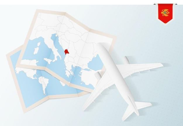 Reis naar montenegro, bovenaanzicht vliegtuig met kaart en vlag van montenegro.