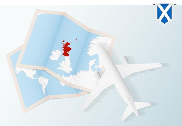 Reis naar schotland bovenaanzicht vliegtuig met kaart en vlag van schotland