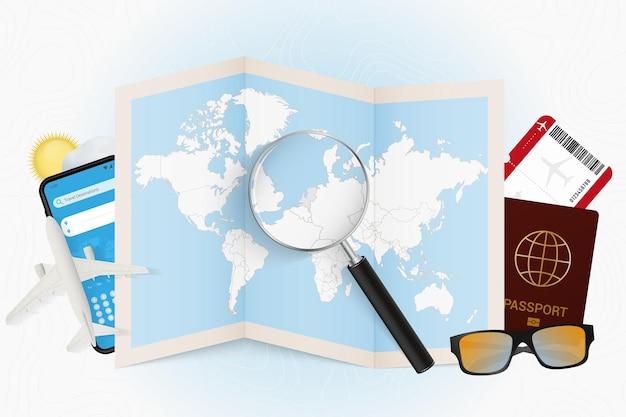 Reisbestemming nederland, toerismemodel met reisuitrusting en wereldkaart