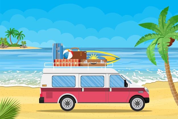 Reisbusje met surfplank en koffers op een strand met palmen