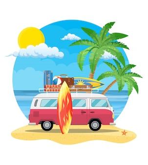 Reisbusje met surfplank en koffers