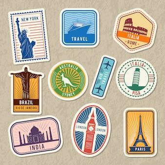 Reisstickers die met verschillende architecturale symbolen wereldwijd worden geplaatst. vectoretiketten met grunge textur