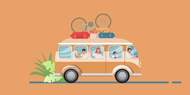 Reizen in een touringcar met bagage en fietsen en gelukkige familie. moeder, vader, kinderen en een hond - familiereis.