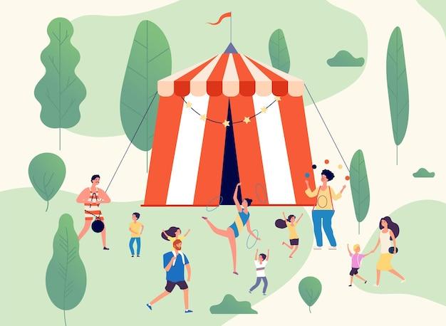 Reizend circus. shapito voor straatprestaties in park.