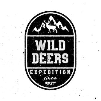 Reizende badge voor kleding. wild herten belettering met bergen en herten graphics. zwart-wit badge.