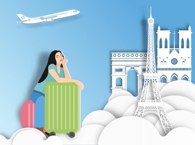 Reizende vrouw met koffer op de achtergrond van parijs