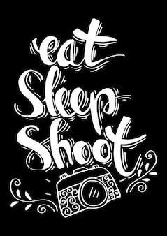 Retro fotocamera met stijlvol opschrift eten, slapen, schieten