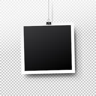 Retro leeg fotokader die op een klem hangen