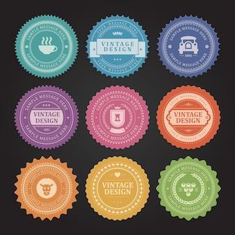 Retro postzegels en vintage stickers en etiketten instellen. groen biljartclubsymbool met blauwe retro auto. roze koninklijke heraldiek en geel hartetiket. oude groene garantie voor kwaliteitsmarketingdiensten.
