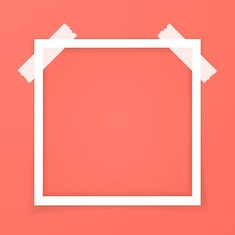 Retro roze fotolijst met schaduwen geïsoleerd in het rood