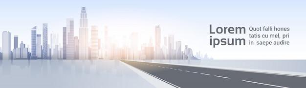Road to city skyscraper view cityscape achtergrond skyline silhouette met kopie ruimte