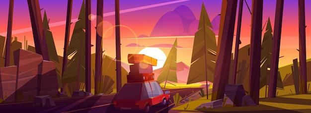 Roadtrip met de auto tijdens zomervakanties reizen op een auto met tassen op het dak